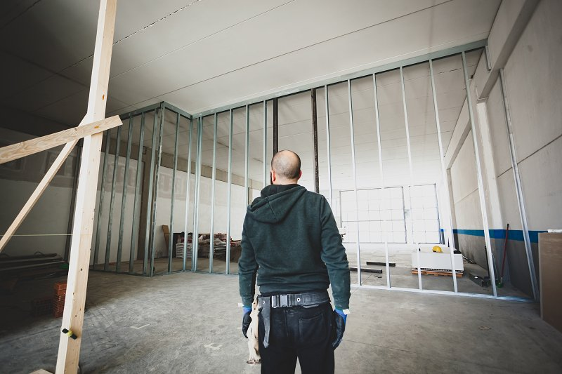builder assessing a plasterboard room